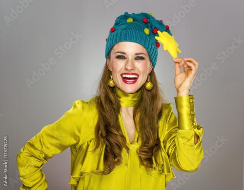 Zdjęcie XXL stylowa kobieta w śmieszne Boże Narodzenie kapelusz na białym tle na szarym tle