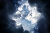 Dramatyczne chmury w tle - 173721611