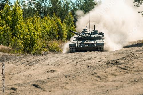 Plakat Główny czołg bojowy będzie prochował na ziemi do ćwiczeń wojskowych