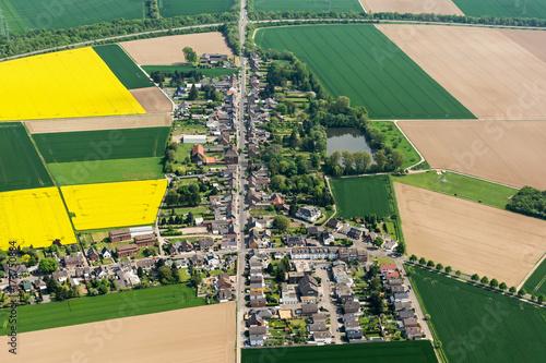 Plakat Village Grouven, NRW, ze starą rzymską drogą, która wiodła przez dzisiejsze wydobycie węgla brunatnego Hambach do Akwizgranu