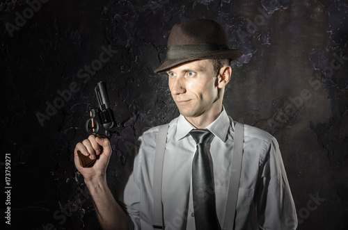 Foto  Black and white picture of private detective with gun in both hands