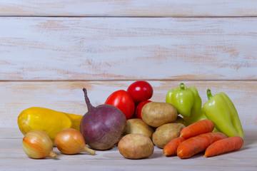 Свежие овощи на деревянном фоне,место для текста.