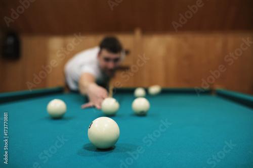 Plakat człowiek gra w bilard