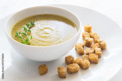 Fotografía  zucchini potato soup puree and croutons