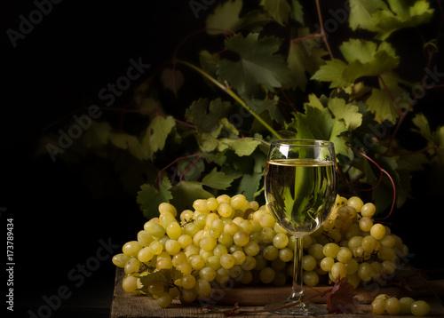 kompozycja-z-bialymi-winogronami-i-kieliszkiem-wina