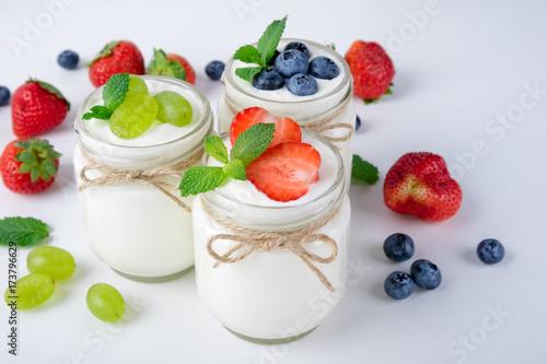 Plakat Świeży jogurt. Śniadanie z jogurtem z owocami i jagodami. Koncepcja zdrowej żywności