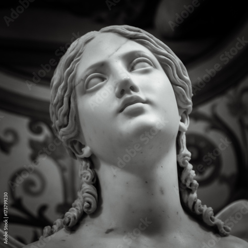 Foto Head and shoulders detail of the ancient sculpture