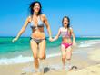 mutter und tocher rennen am strand