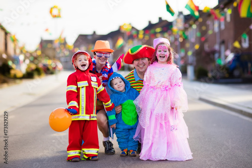 Tuinposter Carnaval Kids and parents on Halloween trick or treat