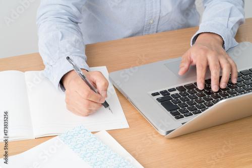 eラーニング、パソコン、ノート、男性