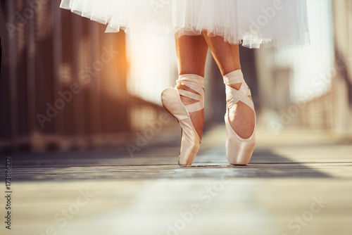 Photo beautiful legs of female classic ballet dancer in pointe.