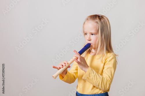 Plakat Blond dziewczyna gra na flecie