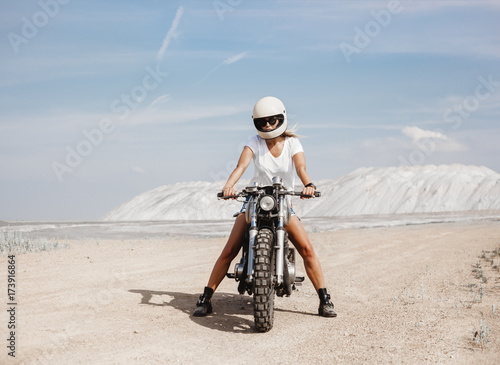 Carta da parati Female on custom built cafe racer motorcycle