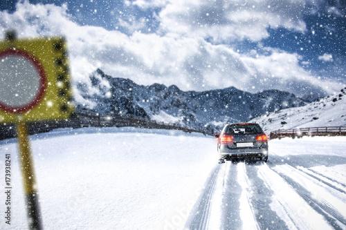 In de dag Milan car and winter road