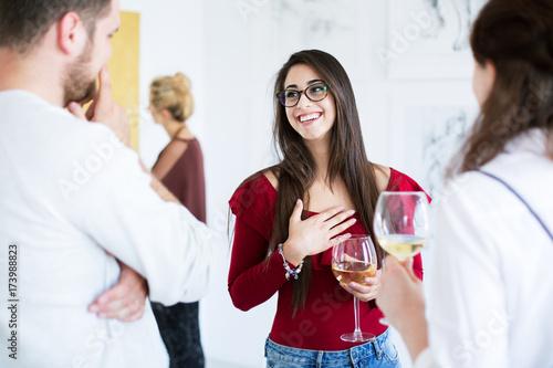 Photo Satisfied artist during art exhibition
