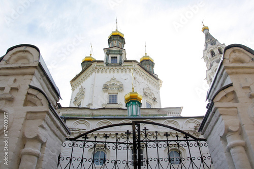 Foto op Plexiglas Kiev Dome of the church with two towers and closed iron gates
