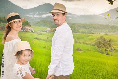 Plakat Szczęśliwi rodzinni podróżnicy bierze selfie. Ludzie podróżujący ryżem jatiluwih