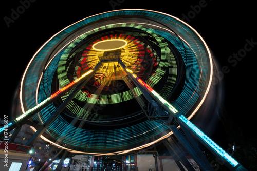 Zdjęcie XXL Odpowiednia jazda z długą ekspozycją w nocy - wieczorem koło Ferris, tworząc lekkie smugi