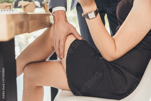 Foto man groping woman on thigh