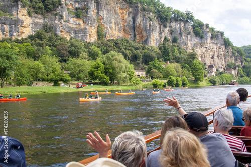 La pose en embrasure Kaki La Roque Gageac . Gabare sur la Dordogne. Dordogne. Nouvelle Aquitaine