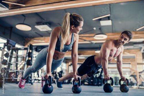 Deurstickers Fitness Couple in gym
