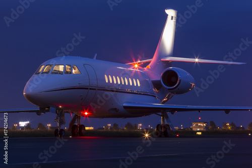 Fotografía Large modern private business jet ready to take off at night