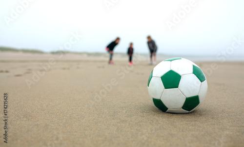 Zbliżenie piłka z trzema ludźmi w tle