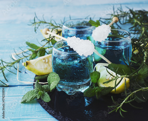 blue-curacao-niebieski-drink-z-cytryna-i-lodem-oraz-syropem-barmanskim