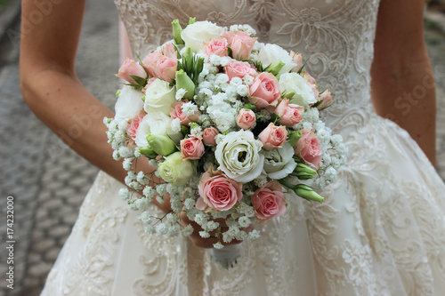 Braut Mit Hochzeitsstrauss Rosa Rosen Buy This Stock Photo And