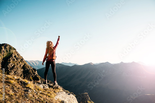 Photo Young woman on the top in the mountains