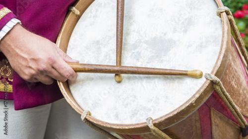 Fotografiet  Dettaglio di un suonatore di tamburo vestito in costume rosso con abiti medievali