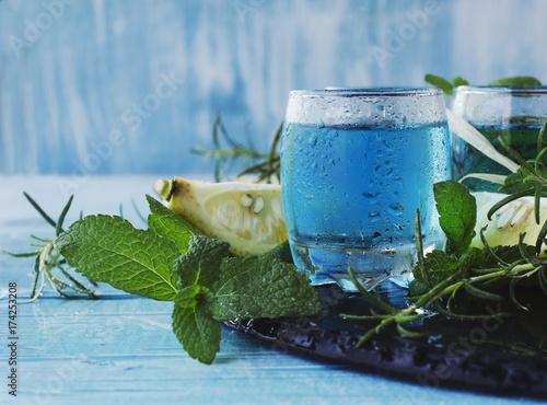 blue-curacao-barmanski-likier-w-niebieskim-kolorze