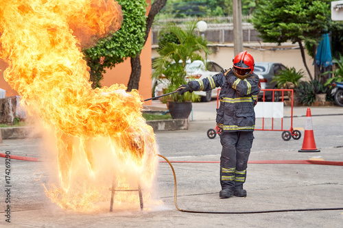 In de dag Vuur Fire fighting training you how to fire properly. With factory and personnel By wearing a fireproof and protected suit. For the safety of life and property.