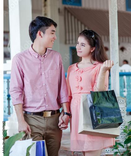 Plakat Młoda atrakcyjna para z torby na zakupy