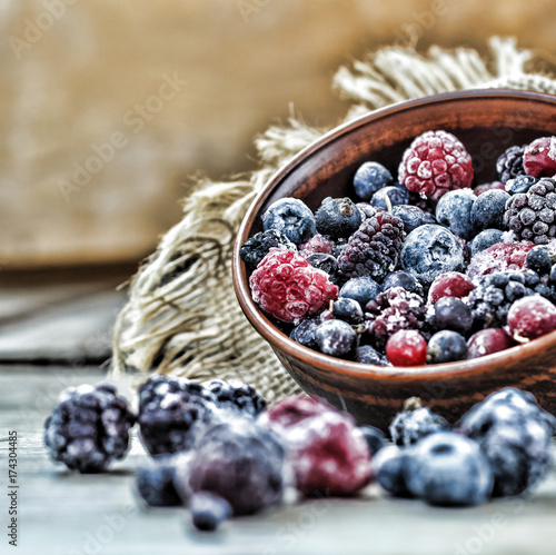 mrozone-jagody-borowki-i-maliny-w-misce