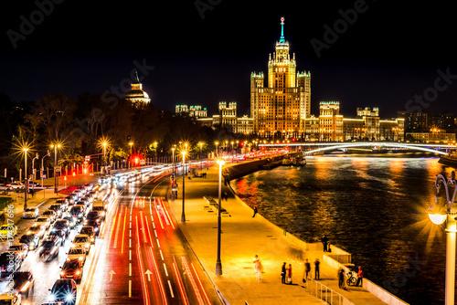 Plakat Odgórny widok noc mroźny Moskwa, dom na nabrzeże deptaku, moscie i Moskwa rzece, Rosja