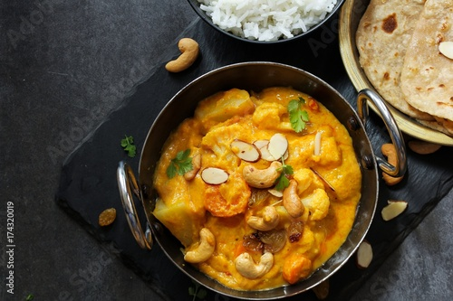 Photo Vegetable or Navratan Korma - Indian Mixed Veg Curry served with Roti and rice