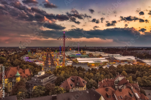 Photo  Das Münchner Oktoberfest von oben als Totale am Abend mit bunten Lichtern