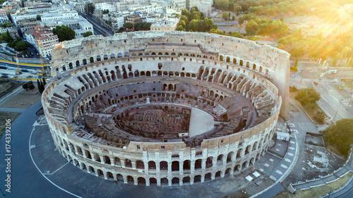 Zdjęcie XXL Widok z lotu ptaka na majestatyczne Koloseum w Rzymie, latające nad opowieści