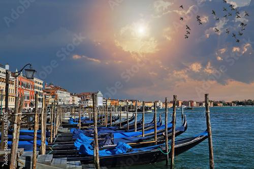 Plakat Luksusowy gondoli czekanie dla turystów blisko kantora mosta w Wenecja