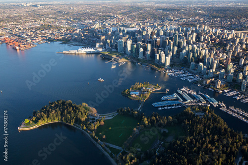 Foto  Beautiful Aerial View of Vancouver Downtown, British Columbia, Canada, during a bright spring sunset