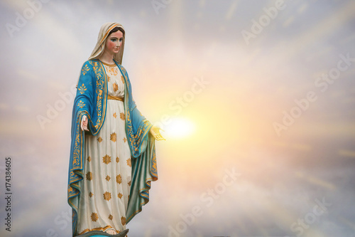Photo sur Toile Commemoratif Virgin Mary statue and sunset at the Catholic Church Chanthaburi province, Thailand.