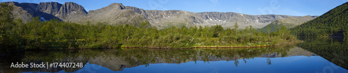 Foto auf Gartenposter Reflexion panorama with the mountains of the Khibiny, sky reflected in the lake Small Vudyavr. Kola Peninsula, Russia.
