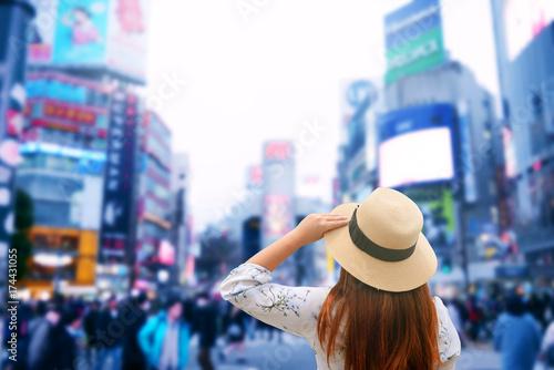 Plakat Turysta zwiedza skrzyżowanie Shibuya podczas podróży w Tokio w Japonii.