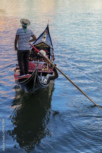 Foto op Aluminium Gondolas Gondoliere in gondola Venezia