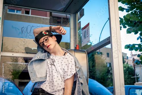 Fotografie, Obraz  Ragazza posa nella cabina telefonica