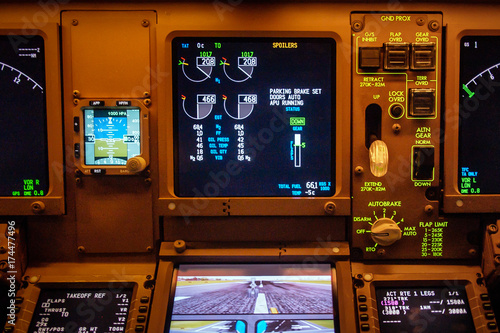 Fotografia  Boeing 777 instrument panel cockpit displays