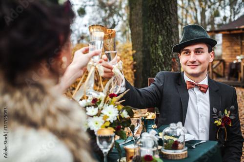 Zdjęcie XXL para zakochanych obchodzi ślub jesienią