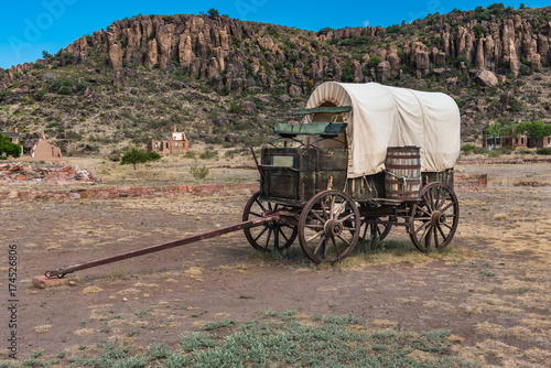 Side view of canvas covered wagon with green buck board Fototapet