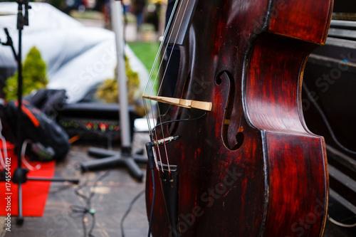 Fototapeta Street Busker Performing Jazz Music Outdoors. Zbliżenie kontrabasu instrument muzyczny.